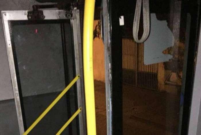 Em menos de 24 horas, BRT volta a interromper serviço por causa de vandalismo
