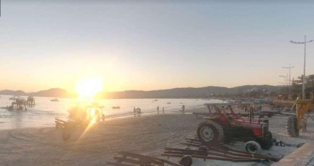 Uma mulher teve o bra�o amputado ao ser atropelada por uma embarca��o na Praia da Enseada, no Guaruj�, cidade do litoral de S�o Paulo.