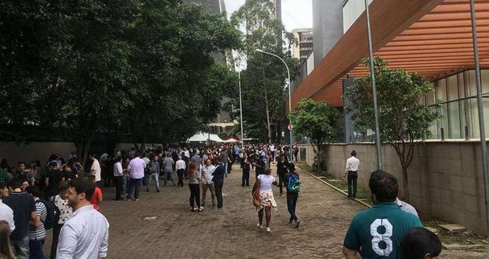 Pr�dios s�o evacuados na regi�o da Avenida Paulista, em S�o Paulo.