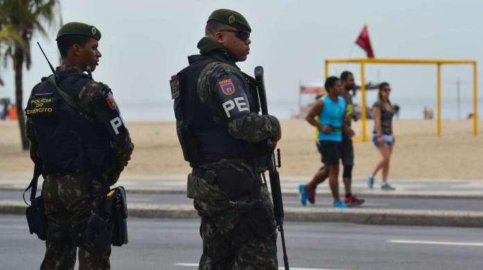 A Pol�cia do Ex�rcito fazia o patrulhamento na orla de Copacabana e em outros locais da cidade quando come�ou o refor�o dos fuzileiros navais