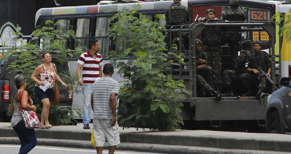 Ap�s reclama��es de moradores pela falta de patrulhamento, soldados circularam ontem nas vias do bairro