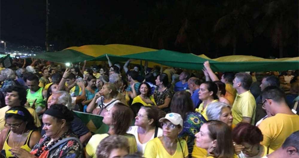 Manifestantes se reuniram em Copacabana contra habeas corpus de Lula