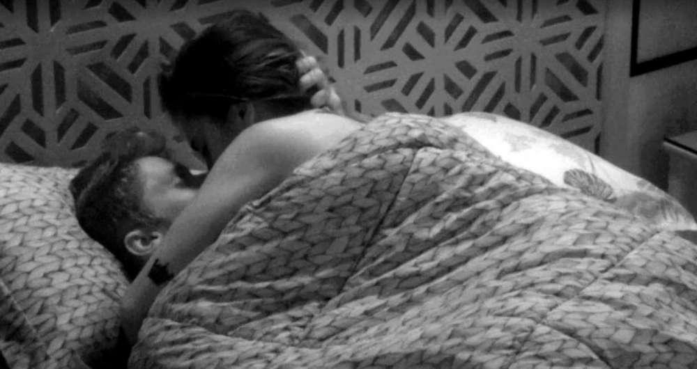 Breno e Paula se beijam no quarto tropical