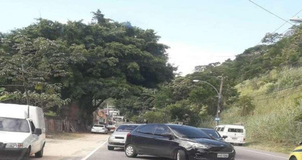 Motoristas volta na contramão na Grajaú-Jacarepaguá depois de assalto