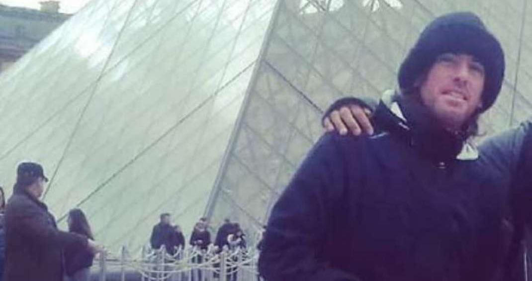 Gustavo de Carvalho Horta Jardim visita as pirâmides do museu do Louvre, em Paris, nesta semana