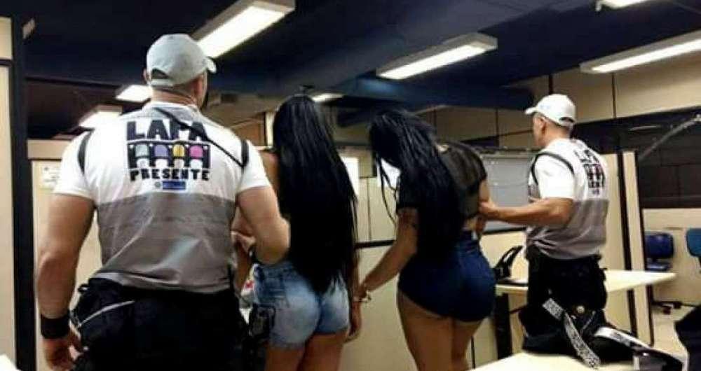 Agentes prendem travestis com estiletes