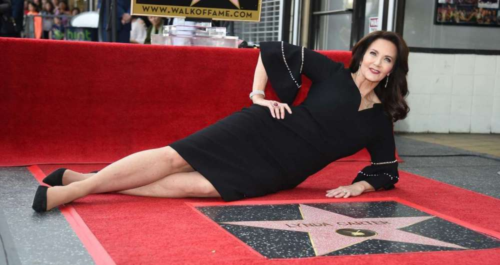 Lynda Carter ganha estrela na Cal�ada da Fama de Hollywood