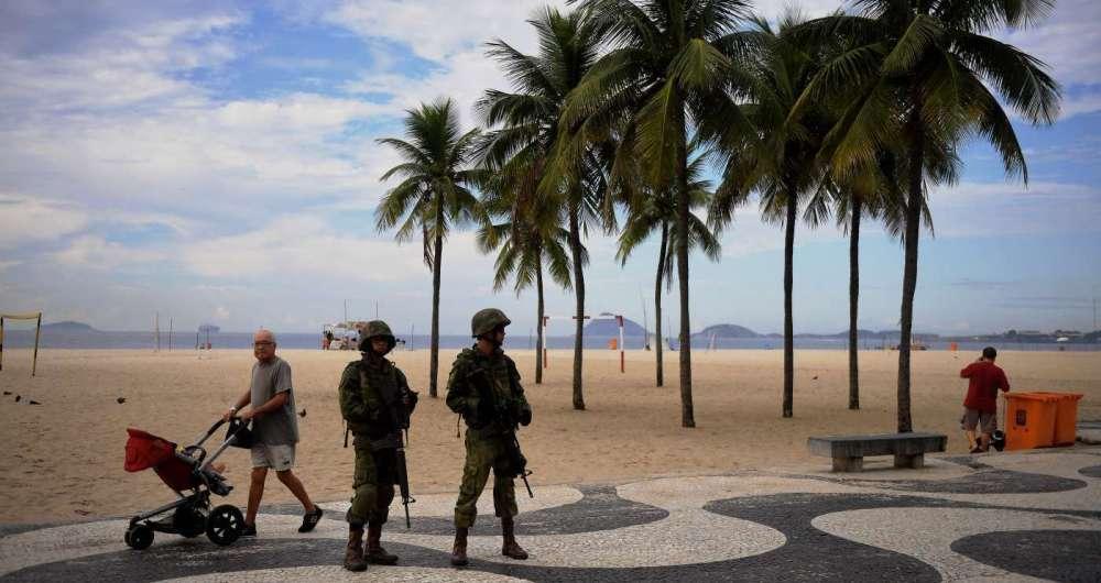 Militares das For�as Armadas patrulhando a orla fizeram parte do cart�o postal do Rio nesta semana, para aumentar seguran�a