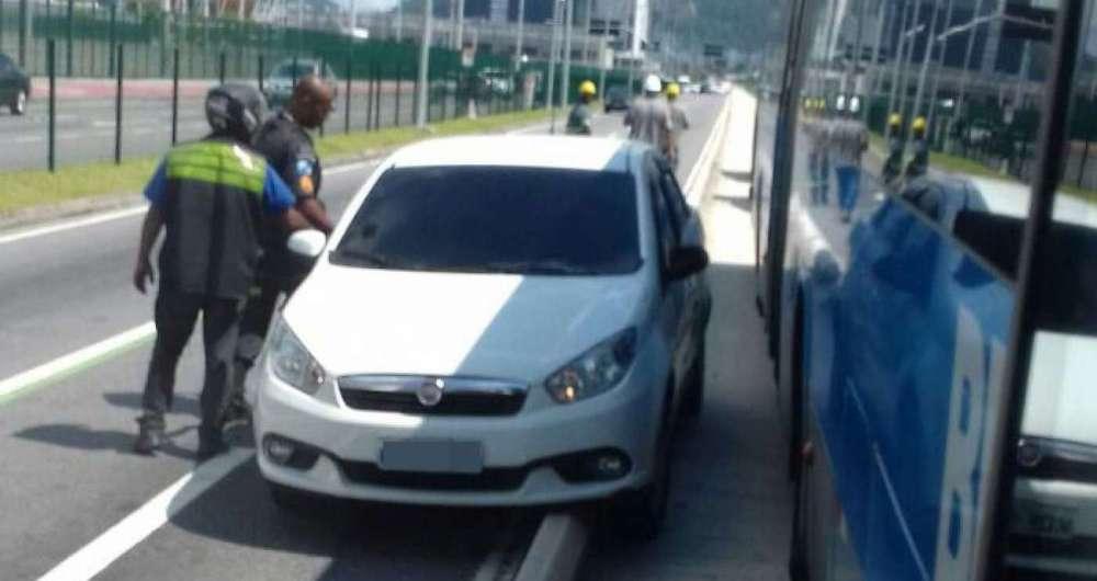 Segundo relatos, pelo menos dez criminosos participaram de um assalto na Avenida Abelardo Bueno nesta quarta-feira