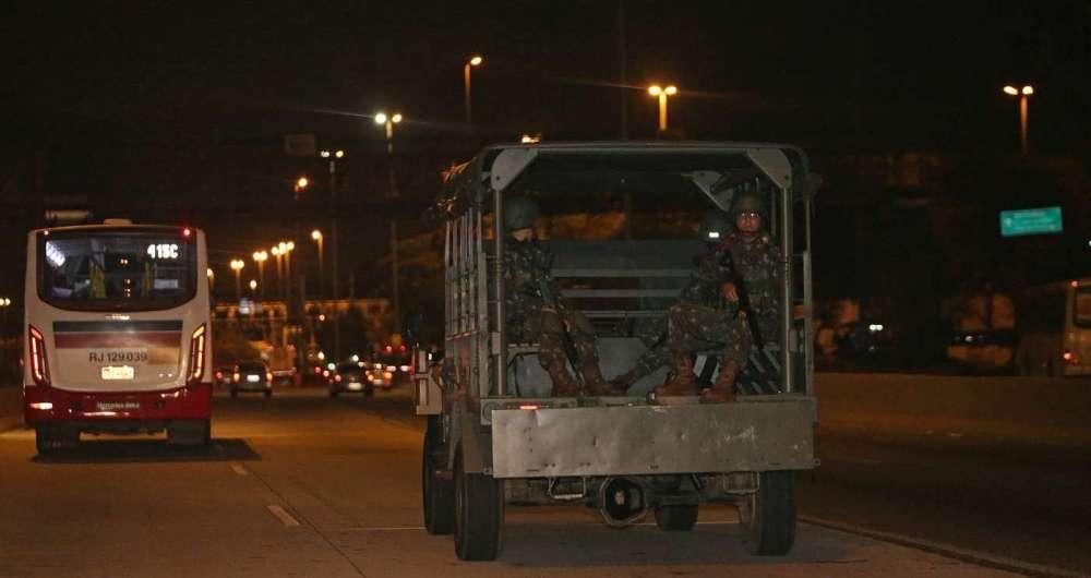 Veículo com soldados do Exército patrulhou a Avenida Brasil ontem à noite