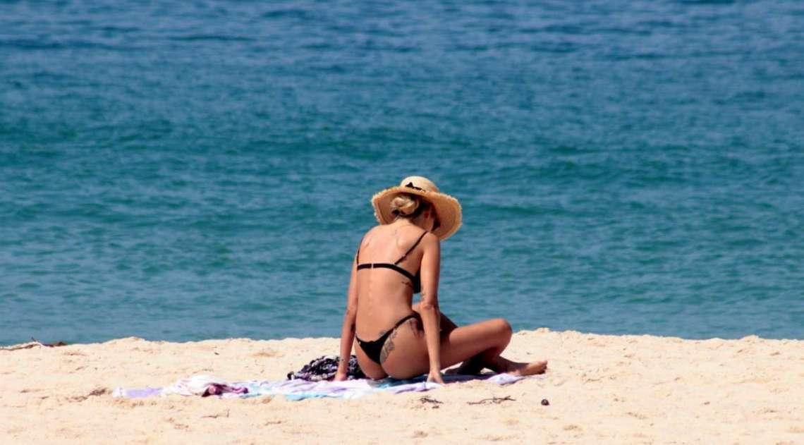 Sozinha, Yasmin Brunet curte dia de praia no Rio