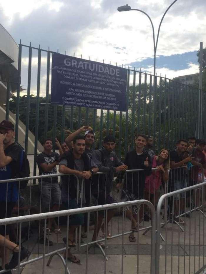 Torcedores do Vasco fazem fila durante a madrugada para conseguir ingresso para a final do Carioca
