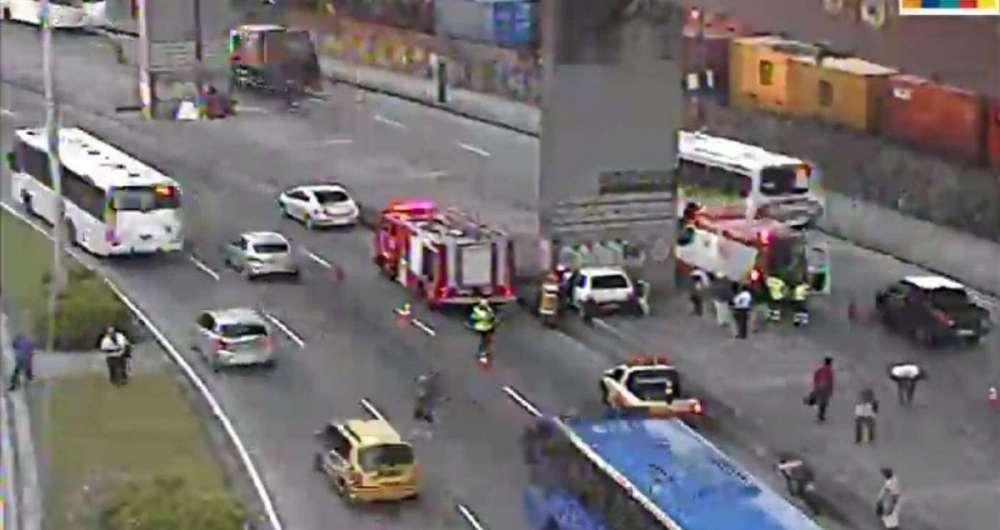 Carro atingiu pilastra na Avenida Brasil