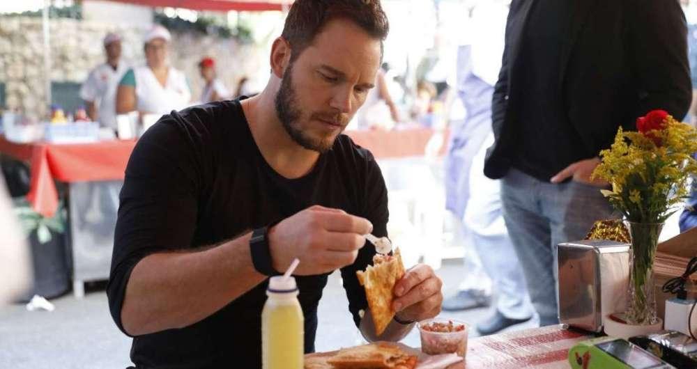 Chris Pratt come pastel de feira e bebe caldo de cana