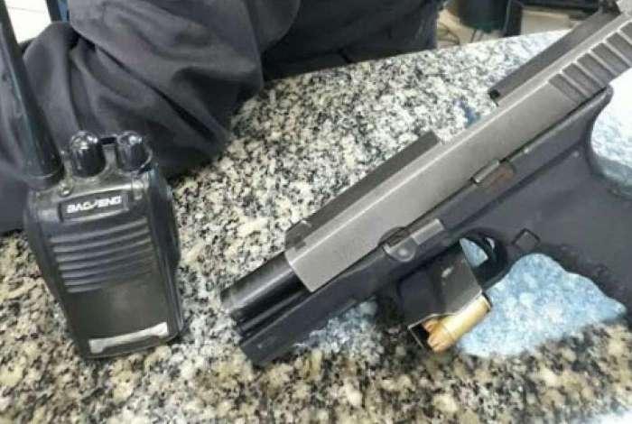 Com o suspeito foram apreendidos um radiotransmissor, um celular e uma pistola