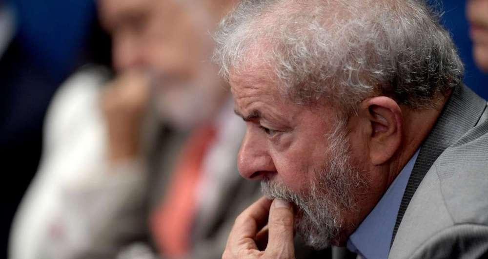 O ex-presidente Lula começou a cumprir a pena de 12 anos e um mês de reclusão na Superintendência da PF, em Curitiba