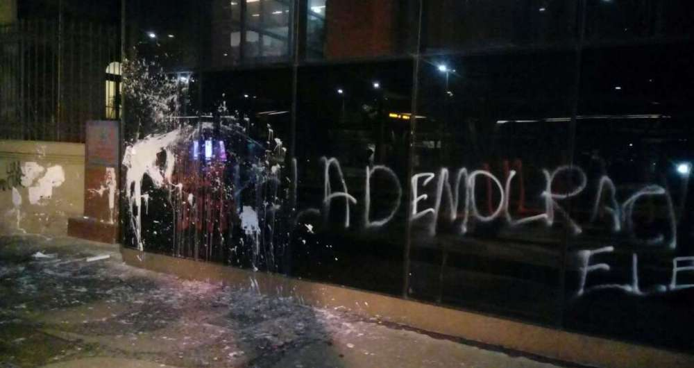 Grupo de manifestantes jogou tinta e fez pichações em prédios