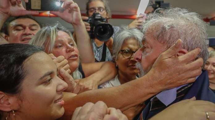 Lula � abra�ado por simpatizantes no Sindicato dos Metal�rgicos: ele permaneceu no pr�dio ontem � noite