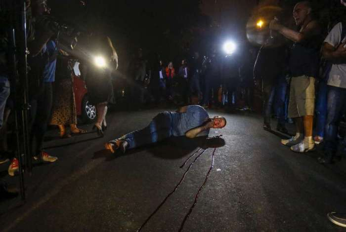 Manifestante contrário, Carlos Alberto Bettoni, a Lula é ferido após bater com a cabeça em para-choque de caminhão