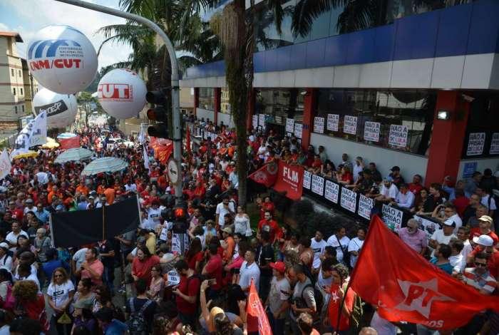 Em São Bernardo do Campo (SP), manifestantes se concentraram no Sindicato dos Metalúrgicos do ABC, onde Lula passou o dia. Petista permanecia lá  ontem à noite