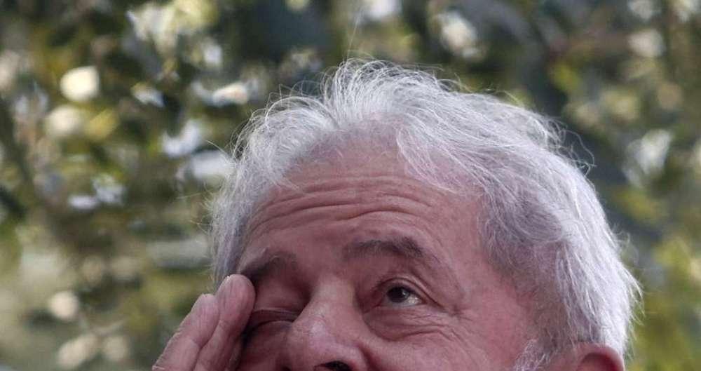 Lula se emociona antes de discurso no Sindicato dos Metalúrgicos