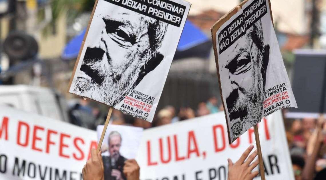 Apoiadores do ex-presidente Lula protestam do lado de fora do prédio do sindicato dos metalúrgicos em São Bernardo do Campo
