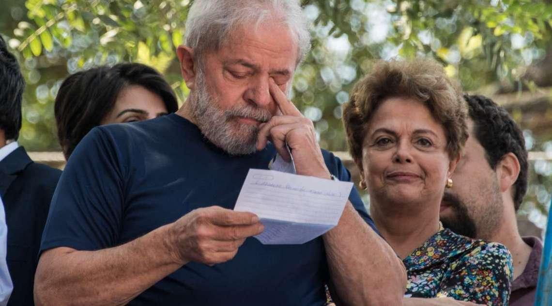 Lula ao lado da ex-presidente Dilma