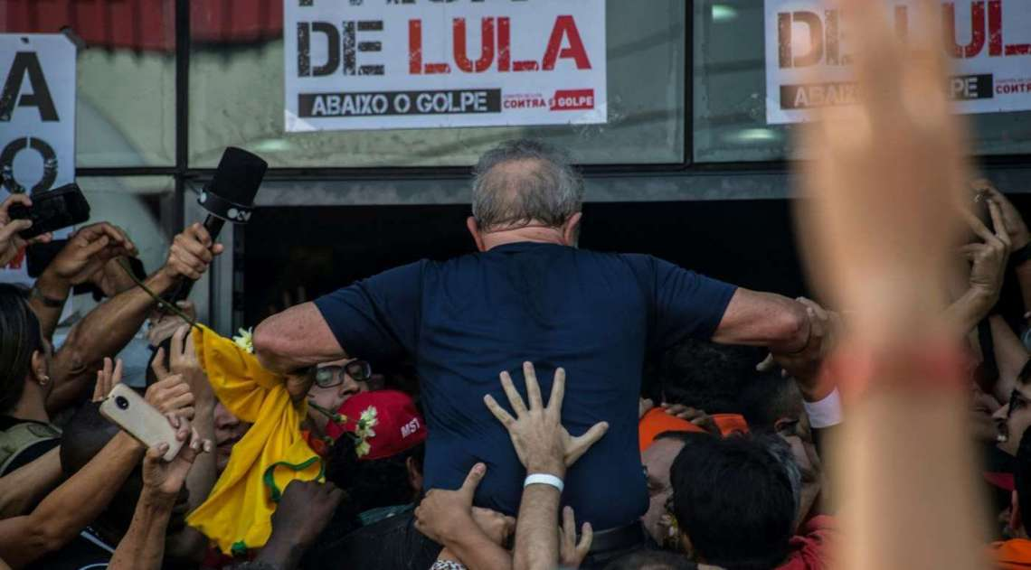 Lula é carregado nos ombros por apoiadores após discursar
