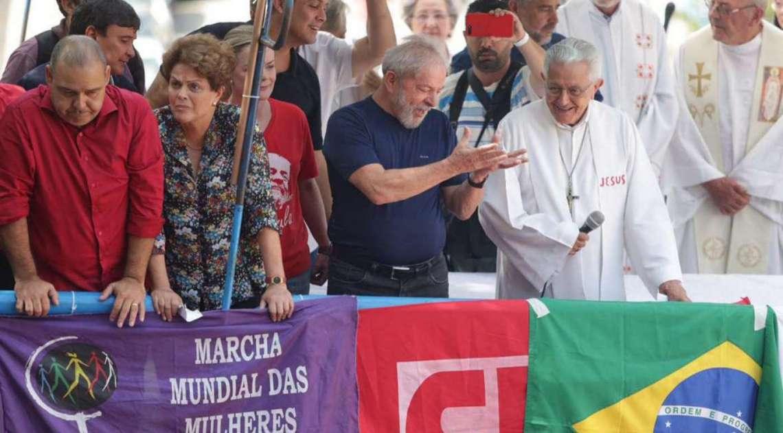 Ex-presidente Luiz Inácio Lula da Silva durante missa