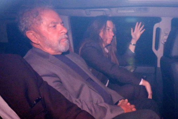 Ex-presidente Lula ao se entregar em SP