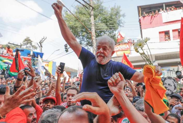 Ex-presidente Luiz Inácio Lula da Silva no braço do povo depois da missa e discursos em frente ao sindicato dos metalúrgicos no ABC, pouco antes de ser preso, em abril de 2018