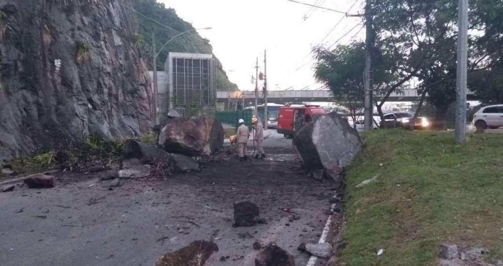 Pedregulhos deslizaram de encosta na Ponte Velha e assustaram moradores e motoristas que passavam pelo local. Ninguém ficou ferido