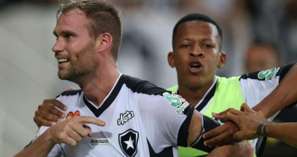 Carli fez o gol do Botafogo no tempo normal