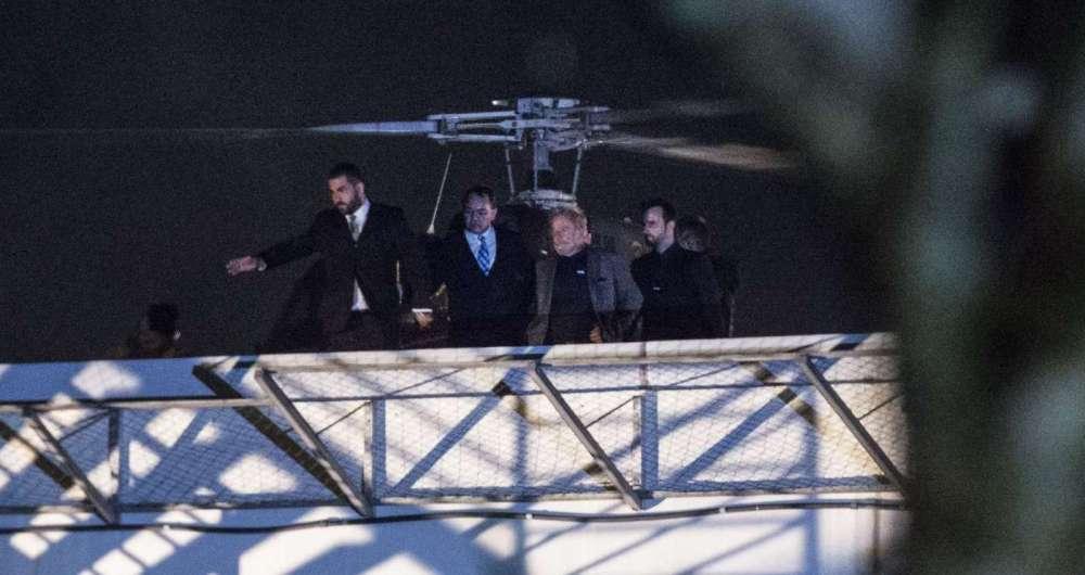 O ex-presidente Lula chegou de helicóptero ásede da Superintendência da Polícia Federal onde vai cumprir pena.