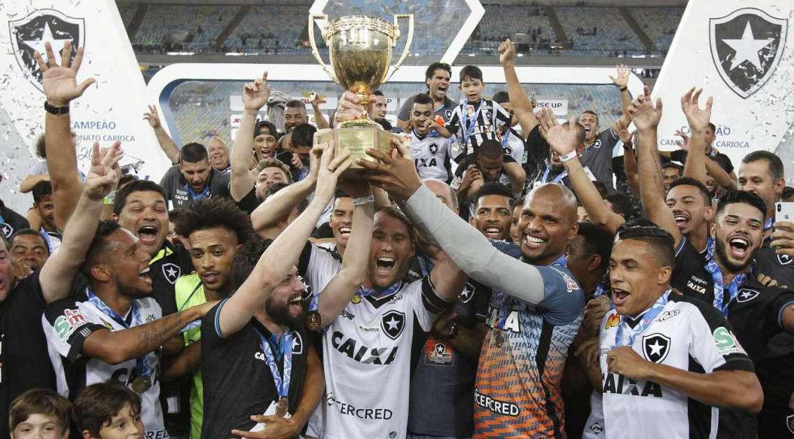 Jogadores do Botafogo levantam a taça do Carioca