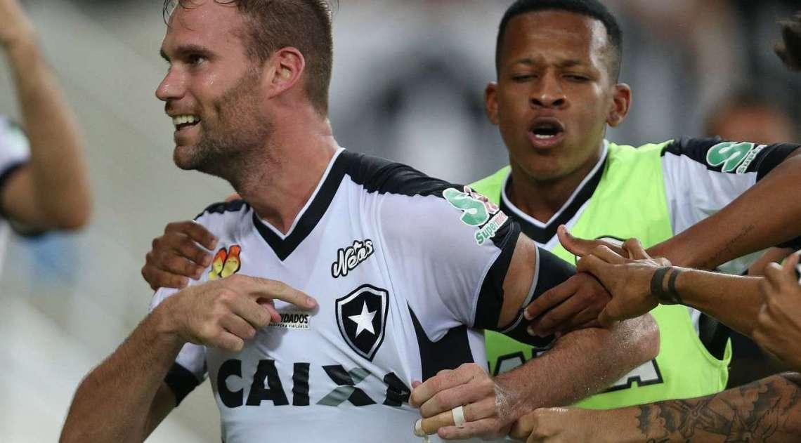 Carli aponta para o escudo alvinegro depois de marcar o gol aos 49