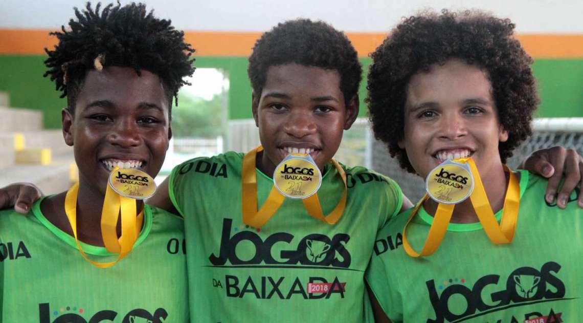 07/04/2018 - Caderno Baixada. Jogos da Baixada. Premia��o Sub 14 de Basquete masculino. Equipe Queimados. Foto: Fernanda Dias / Ag�ncia O Dia.