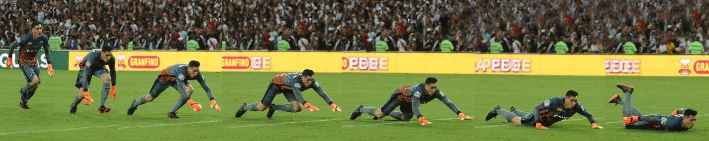 Na montagem, sequência de imagens do goleiro alvinegro Gatito Fernández comemorando o gol de Joel Carli