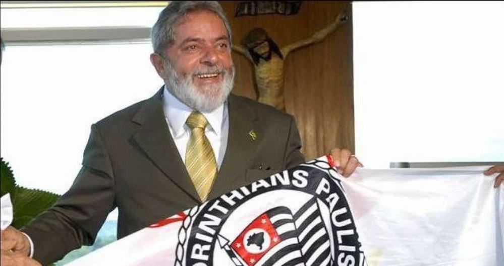 A assessoria do ex-presidente Lula publicou uma imagem dele com a bandeira do clube com a mensagem 'Obrigado, Timão' em sua conta do Twitter neste domingo