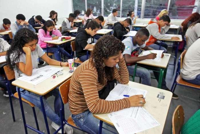 O cadastro deve ser feito pelo site www.cederj.edu.br/vestibular