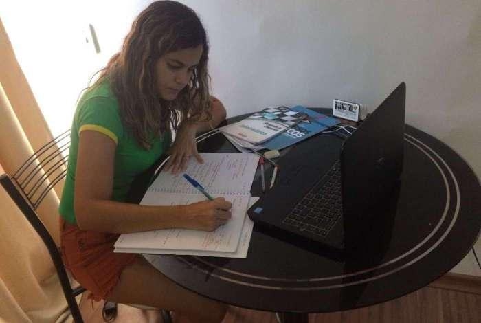 A professora Priscila Ribeiro tem uma rotina de estudos de oito horas por dia. Ela vai fazer a prova do TRT