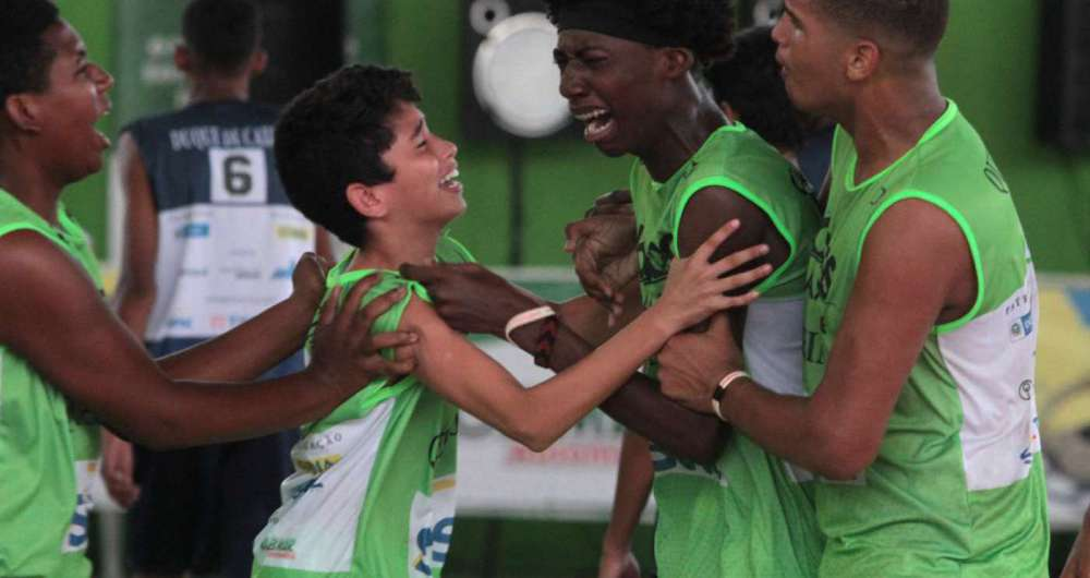 L�GRIMAS DE CAMPE�OGean (ao centro) se emociona ao marcar cesta decisiva no sub-17