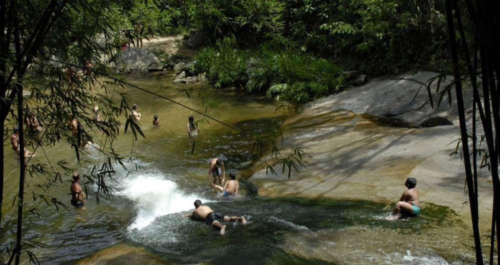 Nas cidades serranas ou de praia, cachoeiras para todos os gostos, como a do Escorrega, em Maca�