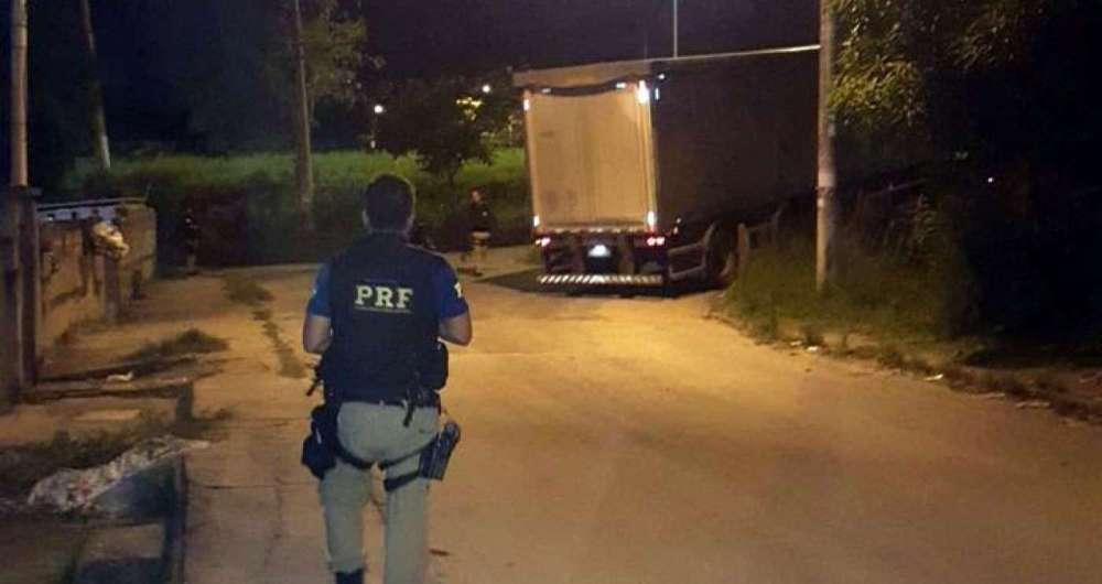 Agentes da PRF recuperam caminhões de carga roubados