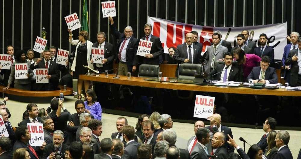 Parlamentares fazem protesto no plenário da Câmara dos Deputados contra a prisão do presidente Lula