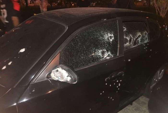 Carro foi alvejado por criminosos