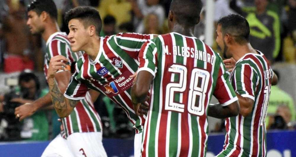 Pedro corre para festejar o terceiro gol tricolor, de p�nalti, a poucos minutos do fim