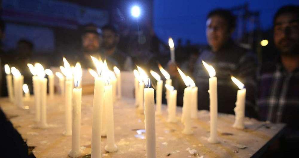 Muçulmanos da Caxemira gritam palavras de ordem contra indianos durante um protesto à luz de velas depois do estupro e assassinato de uma menina muçulmana