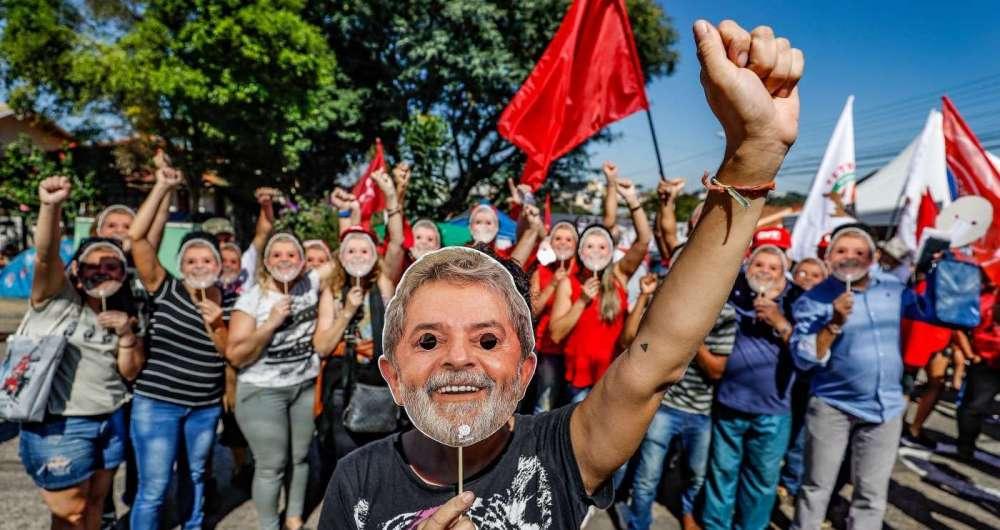 O acampamento em frente ao pr�dio onde Lula est� preso, em Curitiba, atraiu apoiadores ao longo da semana, como esses estudantes da Unila