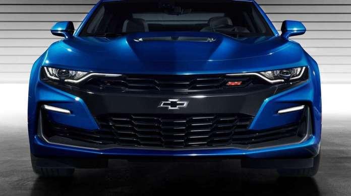 Dianteira do carro Camaro (linha 2019), da Chevrolet, tem grade maior e assinaturas em LEDs que acompanham a linha do cap� e invadem a grade bipartida do ve�culo